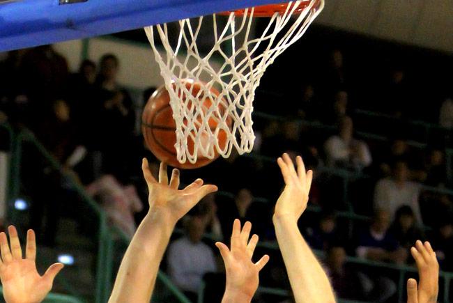 Hände unter dem Korb mit Basketball