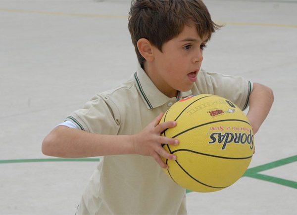 Junge mit Basketball in der Hand
